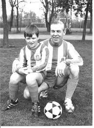 Fons Achterbosch met de jongste speler van de voetbalclub